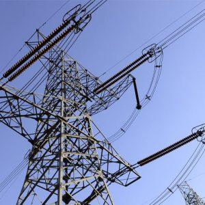 Torre de alta tensión que transporta energía verde