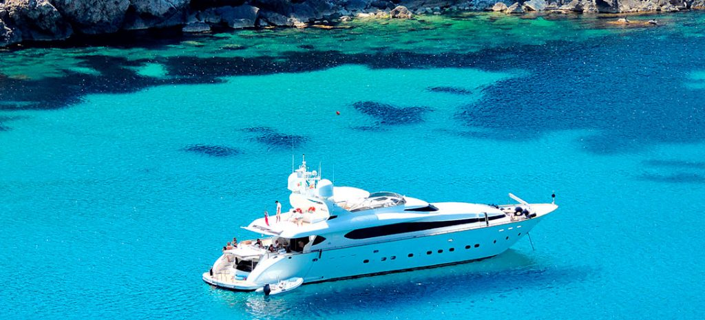 Yate fondeado en Ibiza