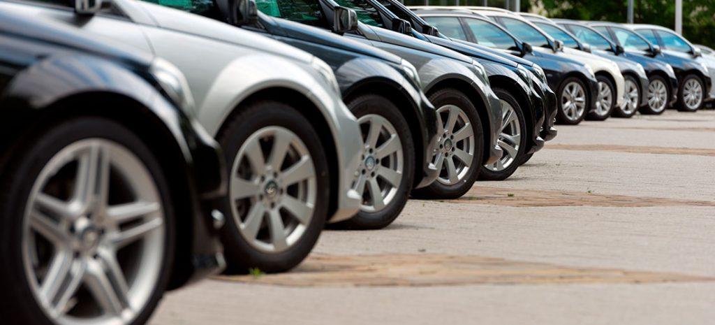 Coches aparcados en Ibiza